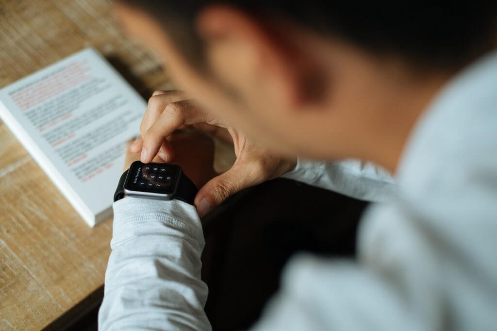 smart-watch-apple-technology-821562-1024x682